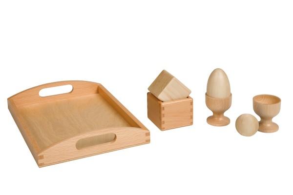 Kugel Ei und Kubus auf einem Holztablett