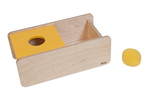 Imbucare-Kasten mit gelben Deckel und gestrickten Ball