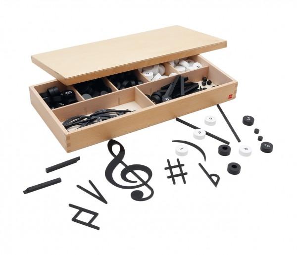 Satz mit Notenschriftzeichen in Holzkasten (GAM)